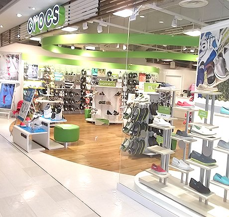 Crocs storefront. Your local Shoe Store in 大阪府, .