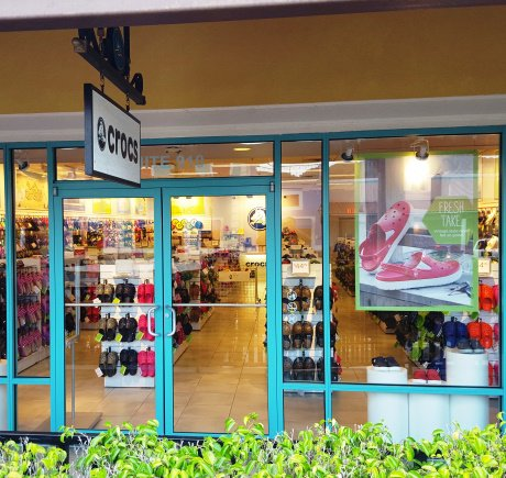 Crocs storefront. Your local Shoe Store in Barceloneta, PR.