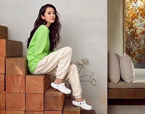 Yang Mi wearing Classic Lined Clogs in White/Grey.