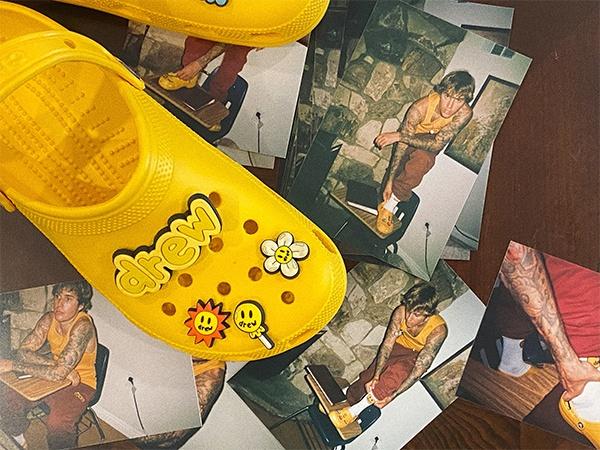 Crocs x Justin Bieber with drew Classic Clog with Jibbitz on photos of Justin Bieber.