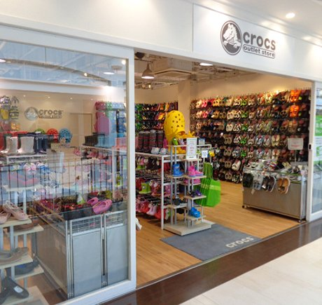 Crocs storefront. Your local Shoe Store in 兵庫県, .