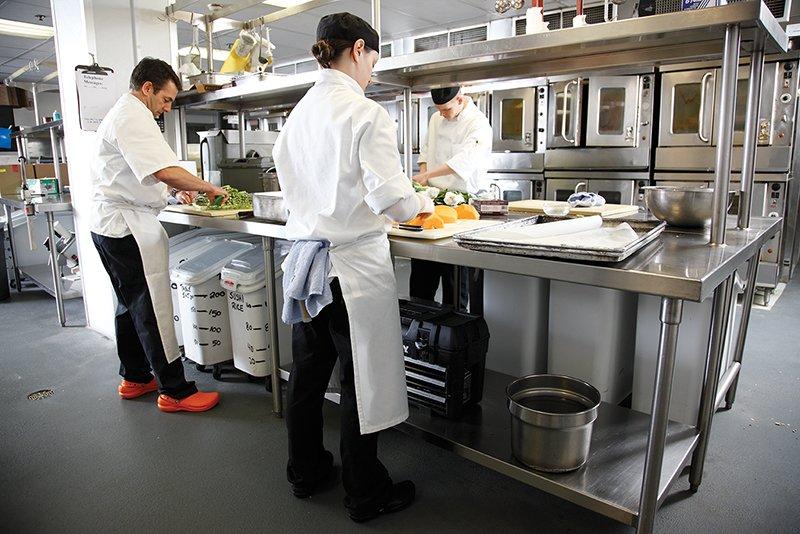 schuhe f r die gastronomie speziell zum tragen in der k che entwickelt crocs. Black Bedroom Furniture Sets. Home Design Ideas
